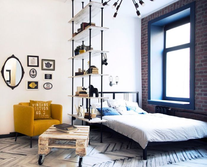 Интерьер гостиной, совмещенный со спальней, в стиле лофт.