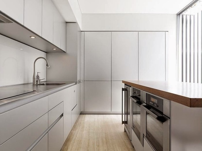Пластиковые панели в светло-серых тонах - прекрасно подойдут для отделки стен на кухне.