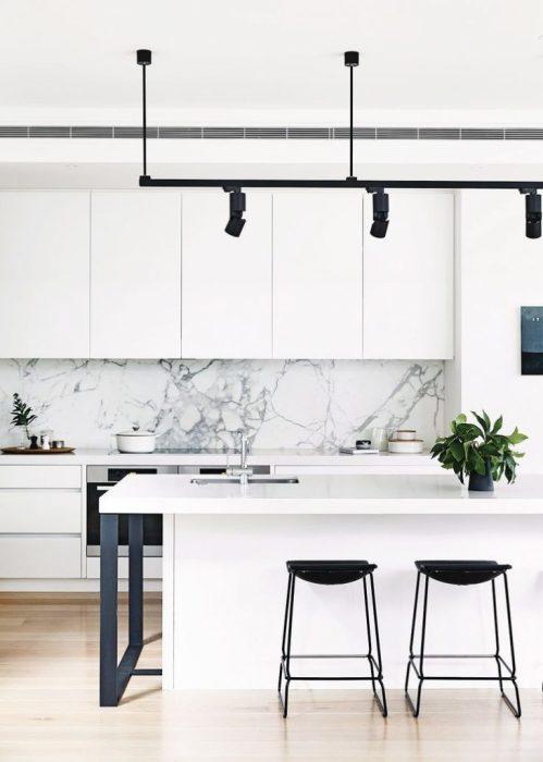 Мраморная вставка на рабочей зоне - то, что нужно для современной кухни.