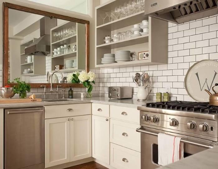 Светлая плитка кремового цвета - отличный вариант отделки стен на кухне.