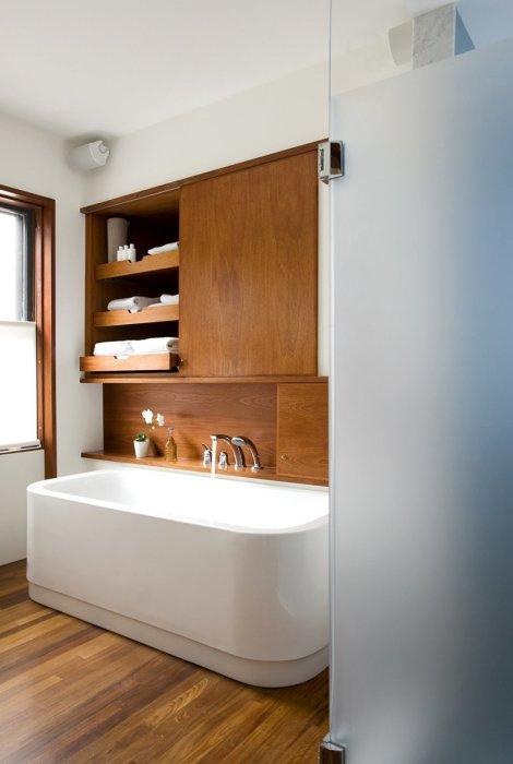 Современный деревянный пол в ванной комнате.