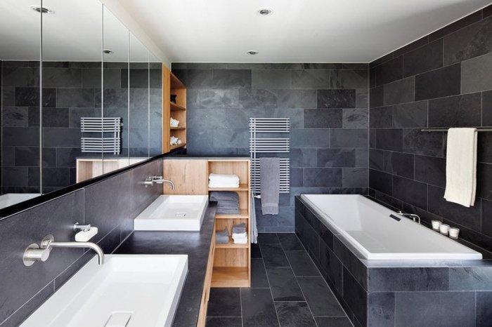 Чёрная напольная плитка для ванной комнаты.