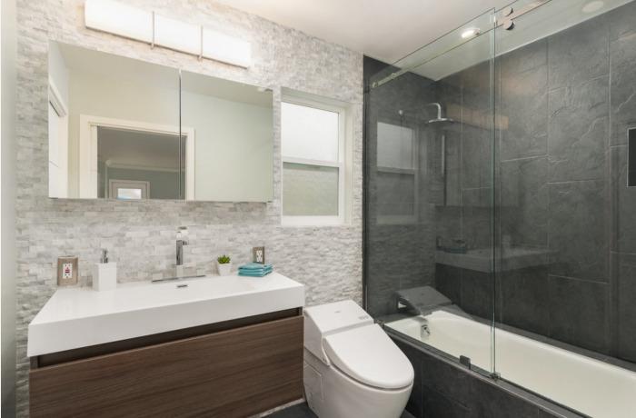 Компактная мебель и сантехника для маленькой ванной комнаты.