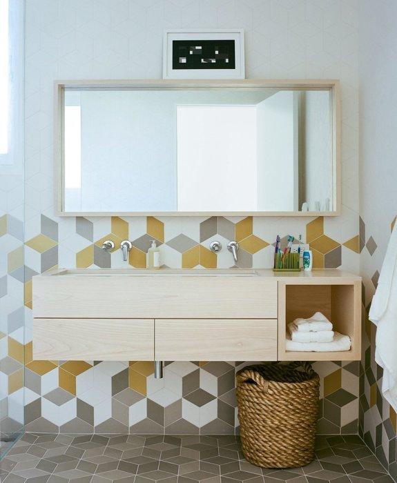 Деревянная полка-шкаф для полотенец и ванных принадлежностей.