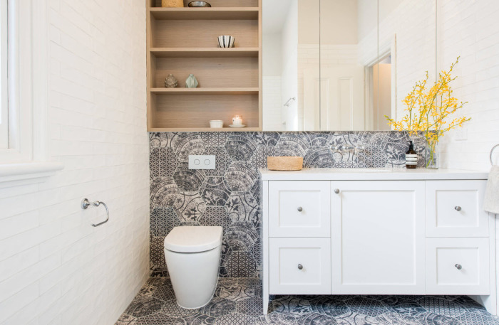 Цветочная веточка - прекрасный элемент декора для ванной комнаты.
