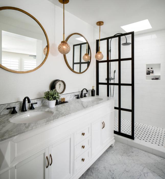 Украшаем стену крупным зеркалами, подсвеченными декоративными светильниками.