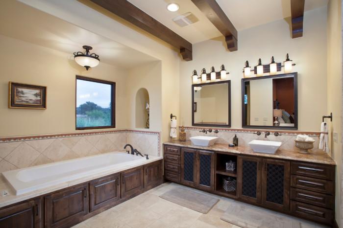 Идеальный вариант — это когда в ванной реализовано и естественное, и искусственное освещение.