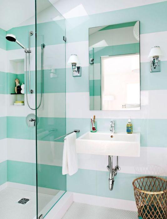 Небольшие белые светильники в ванной возле умывальника.