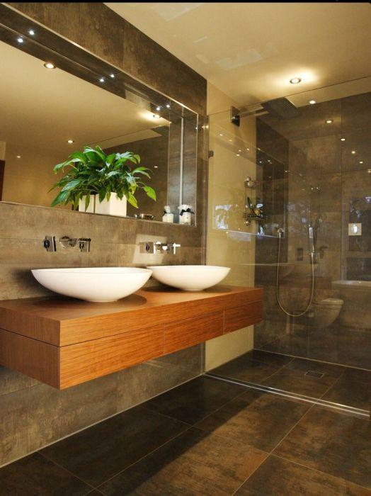 Точечное освещение в ванной создаёт мягкий свет.