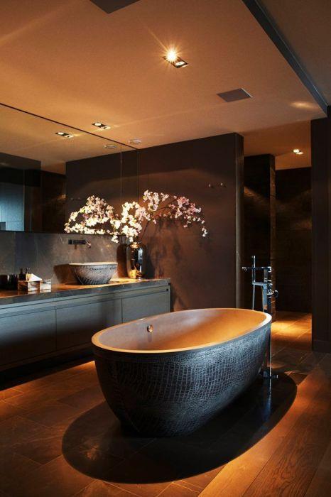 Нежное свечение от небольших светильников на потолке создаст ощущение уюта и теплоты .