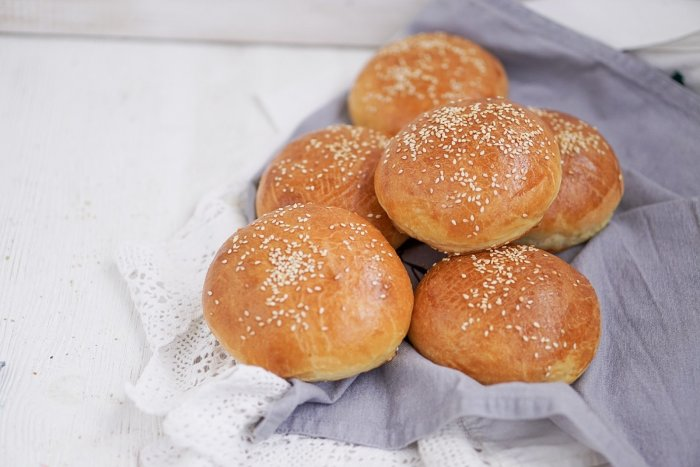 Ароматные и румяные булочки для бургеров. \ Фото: marybakery.ru.