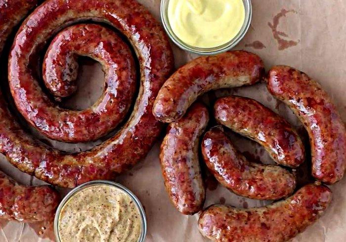 Румяная и аппетитная домашняя колбаса. \ Фото: recept.ua.