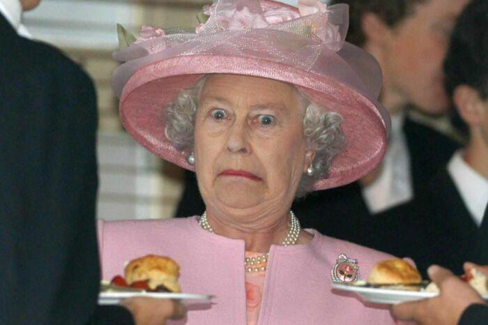 Судя по всему, королева Елизавета II не в восторге от предложенного блюда. \ Фото: hk01.com.