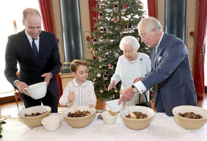 Королевская семья готовит рождественский пудинг. \ Фото: eng.amomama.com.