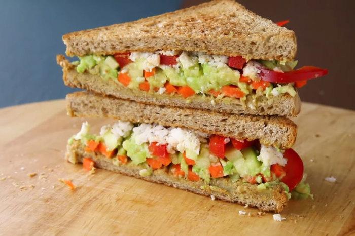 Сэндвич с овощами и сыром фета. \ Фото: myfitfood.ru.
