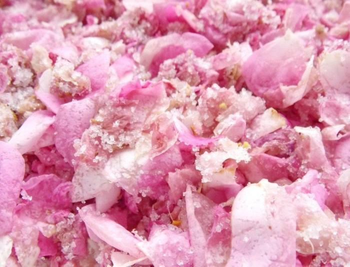 Розовые лепестки в сахаре. \ Фото: google.com.