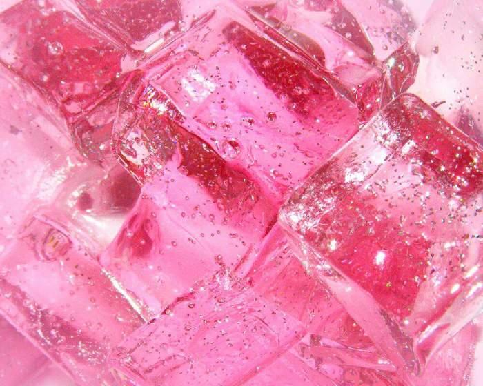 Лёд из розовых лепестков для напитков. \ Фото: aminoapps.com.