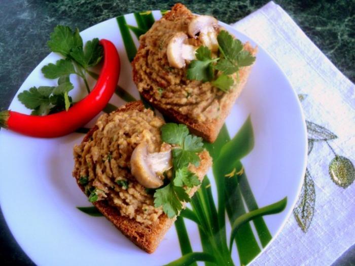 Закуска-пюре из фасоли с грибами. \ Фото: cookorama.net.