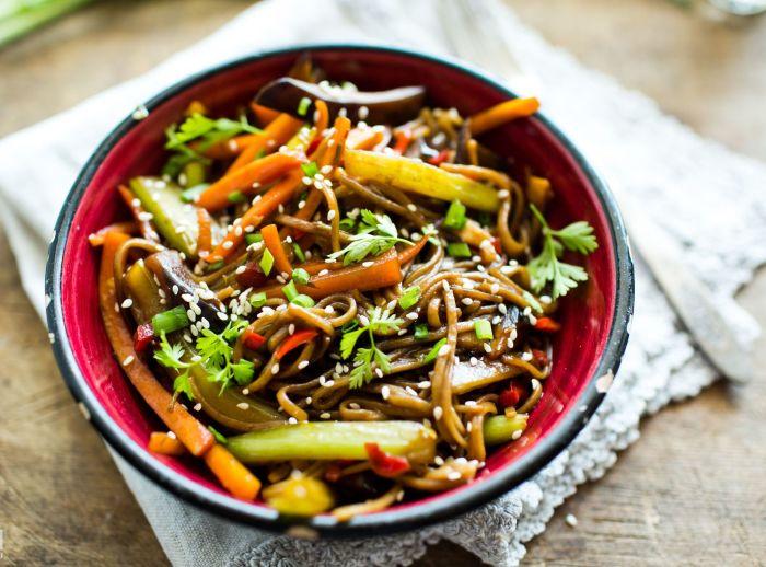 Гречневая лапша с овощами. \Фото: yuga.ru.