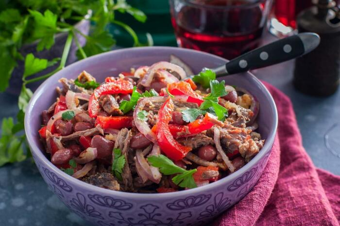 Мясной салат с фасолью. \ Фото: 1000.menu.
