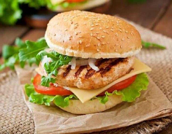 Куриные бургеры. \ Фото: hungerstation.com.