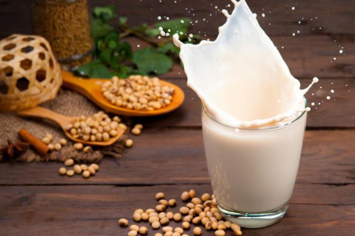 Растительное молоко как альтернатива коровьему. / Фото: ingredientsnetwork.com.