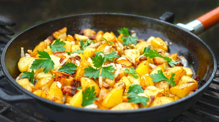 Картошка со шкварками. \ Фото: