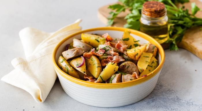 Немецкий салат с жареной картошкой. \ Фото: yandex.ua.