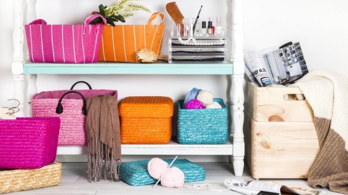 Плетеные корзинки добавят уюта.
