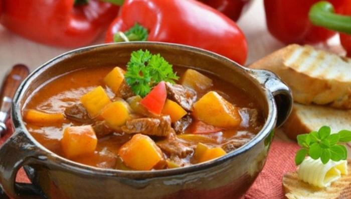 Восхитительный суп-гуляш. \ Фото: foodman.club.