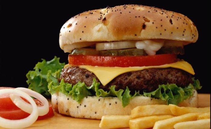 Бургер с говяжьей котлетой. \ Фото: youtube.com.