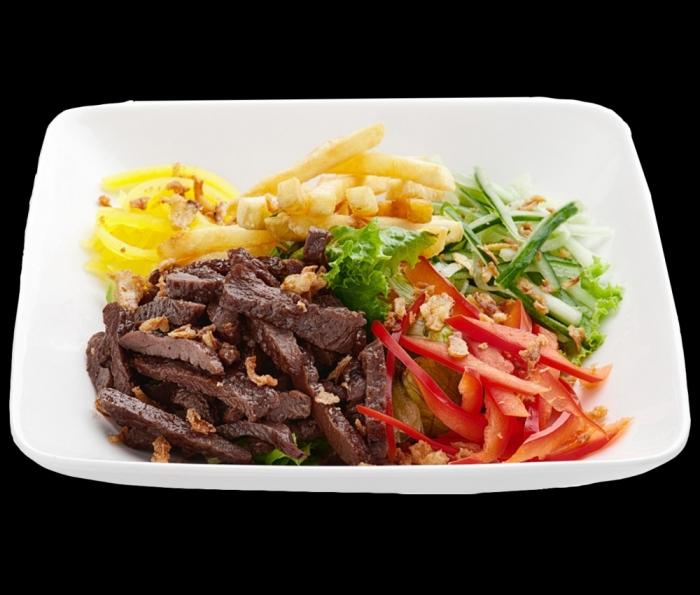Салат с говядиной и картошкой фри. \ Фото: рис63.рф.