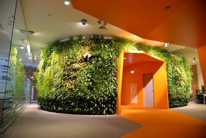 Разбавить серые будни помогут сочные цвета и оттенки, сочетающиеся с «живой» стеной из растений.
