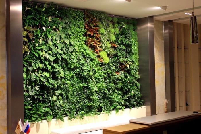 Зелёная стена из живых растений – смелое решение для тех, кто хочет быть в центре внимания.