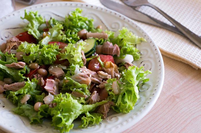 Салат с тунцом и фасолью. \ Фото: pinterest.com.