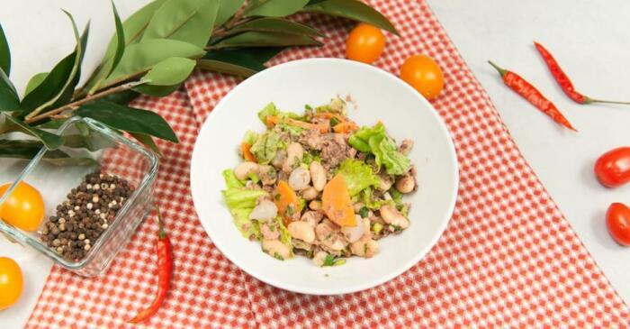 Тёплый салат с фасолью и тунцом. \ Фото: twitter.com.