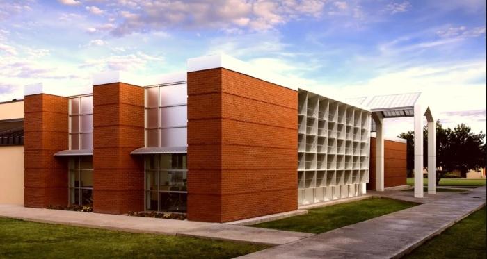 Архитектура хай-тек отдает предпочтение стеклу, металлу, пластику, бетону и другим искусственным покрытиям.