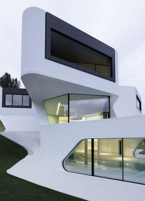 Геометрические формы в сочетании с простыми цветами делают такие здания простыми, но при этом удивительно прекрасными.