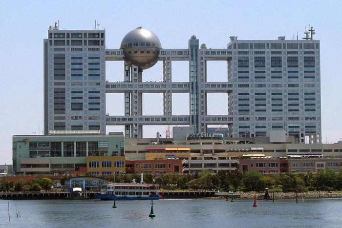 Постройки в стиле хай-тек создают эффект «вывернутых наизнанку»: переходы, опорные конструкции и металлические каркасы расположены с внешней стороны здания.