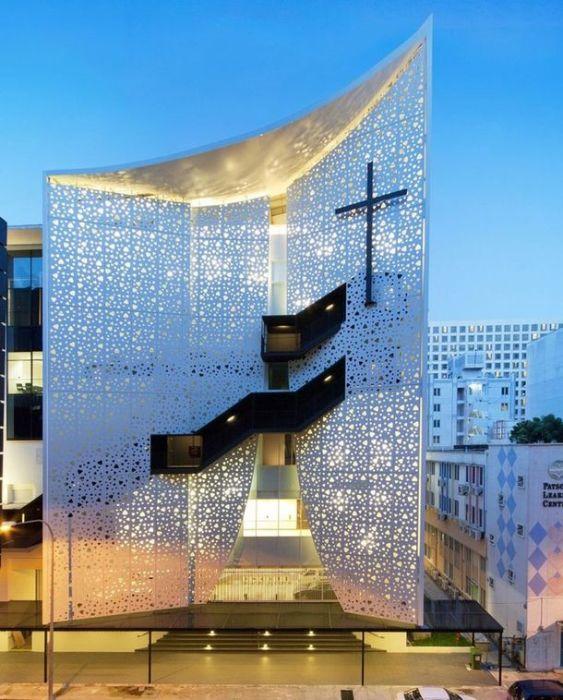 Здание церкви в стиле хай-тек в Сингапуре.