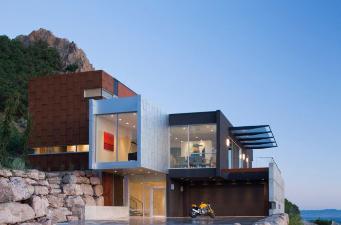 Фасад в стиле хай-тек предполагает наличие в экстерьере дома как можно больше стекла.