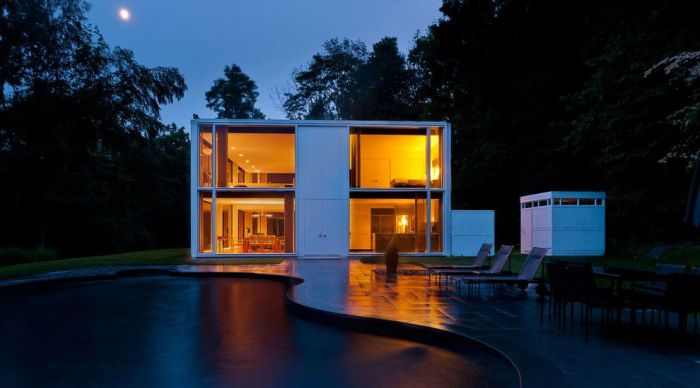 Довольно часто такие дома имеют застекленный фасад, что выглядит потрясающе красиво.