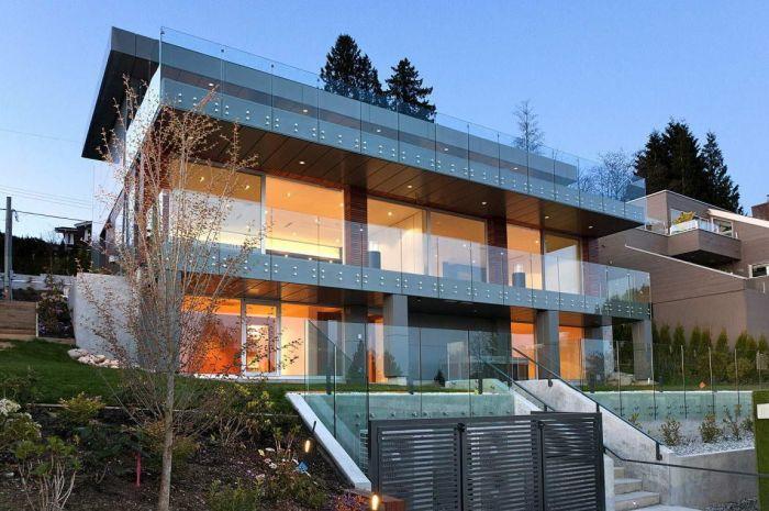 Архитекторы экспериментируют с освещением, что в сочетании с зеркальными поверхностями зданий создает эффектное мерцание.