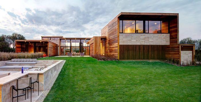 Дом в стиле хай-тек с отделкой из дерева.