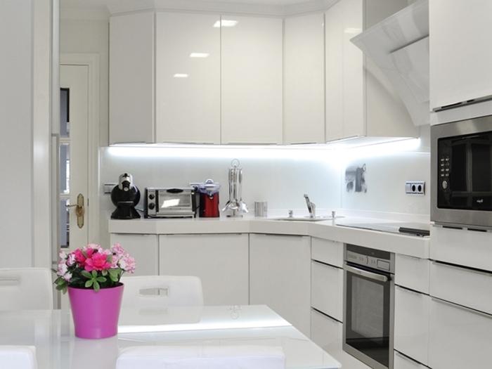 Белоснежная кухня со встроенной кухонной мебелью – эталон стиля.