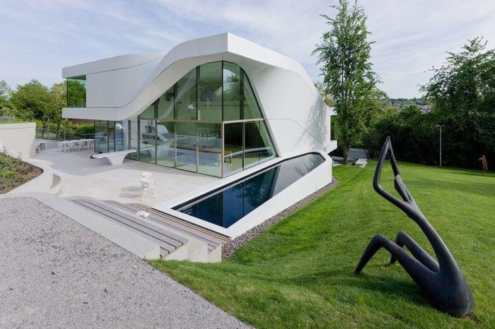 Одной из особенностью дома хай-тек является остекление фасада.
