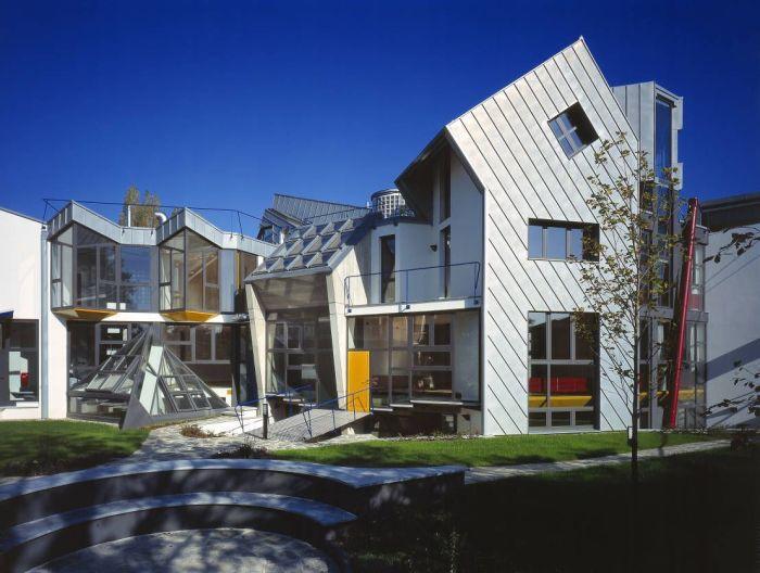 Цвет металлик в экстерьере прекрасного загородного дома стиля хай-тек.