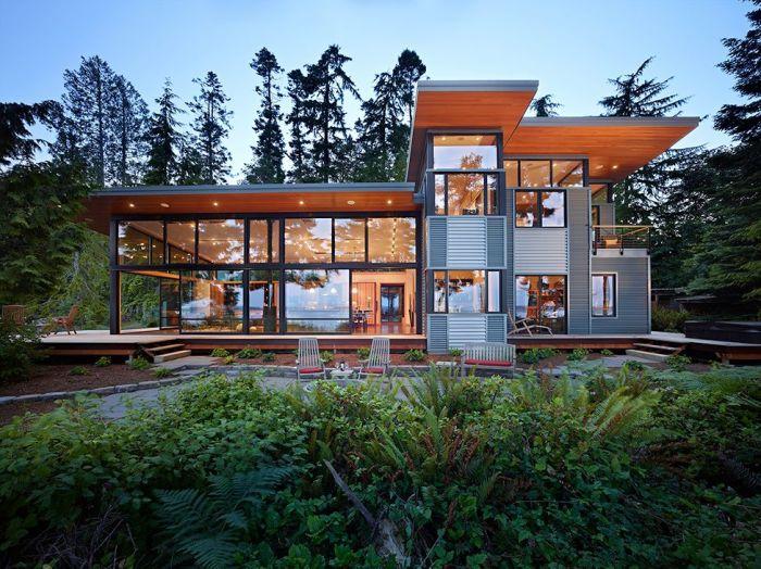 Загородный дом в стиле хай-тек со стеклянными стенами.