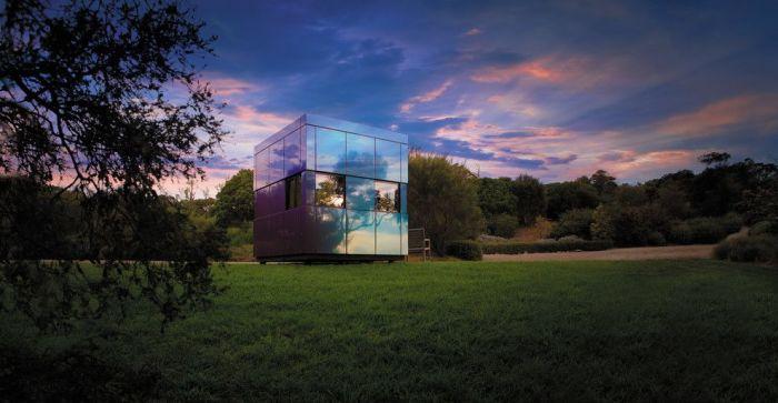 Хай-тек дом с зеркальными стенами смотрится великолепно.
