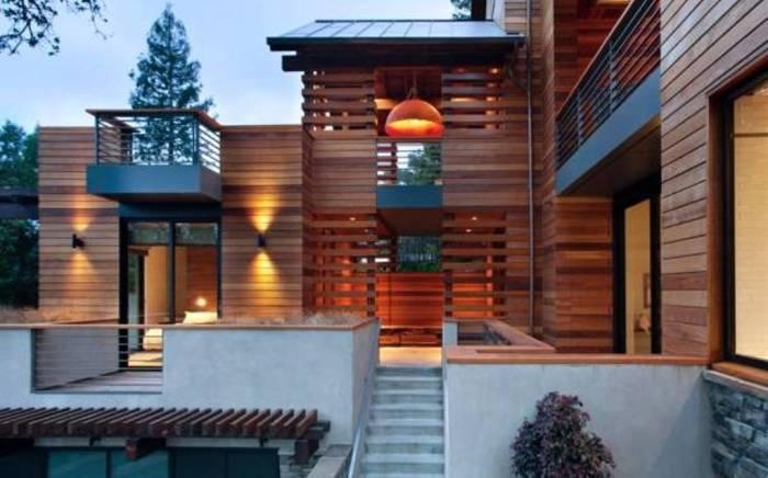 Более того, брус поможет смягчить холодный и строгий внешний вид дома.